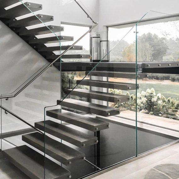 Scala a sbalzo con ringhiera in vetro strutturale